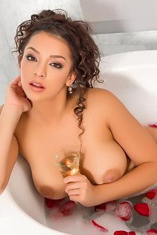 Stunning Kelsi Shay Taking Bath